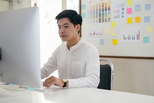 Jovem empresário analisar marketing on-line em seu computador