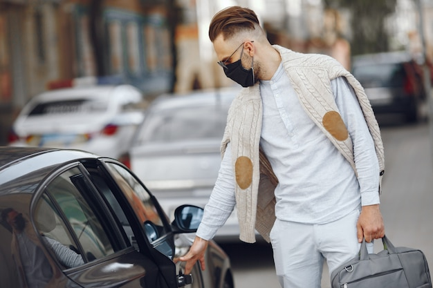 Jovem empresário andando na rua