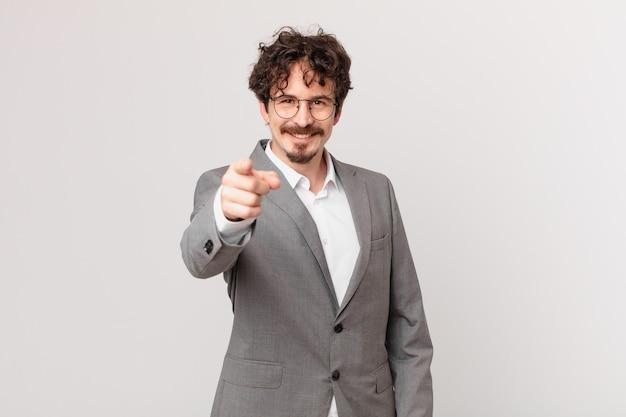 Jovem empresário apontando para a câmera escolhendo você