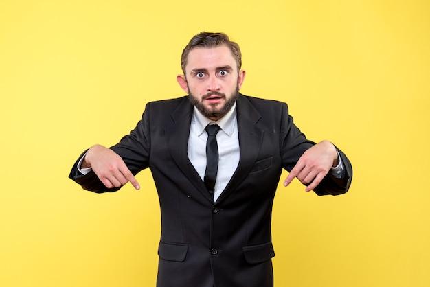 Jovem empresário apontando para baixo com os dedos