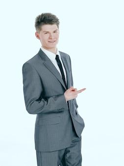 Jovem empresário apontando para uma cópia space.isolated em um fundo branco