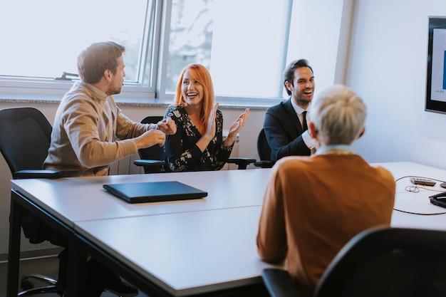 Jovem empresário, apresentando a estratégia do projeto, mostrando idéias no quadro interativo no escritório