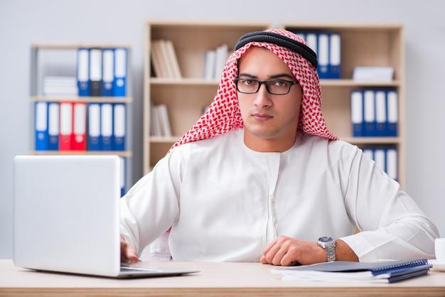 Jovem empresário árabe