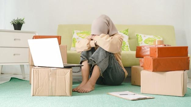 Jovem empresário asiático cansado não consegue pensar na sala