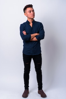 Jovem empresário asiático contra o espaço em branco