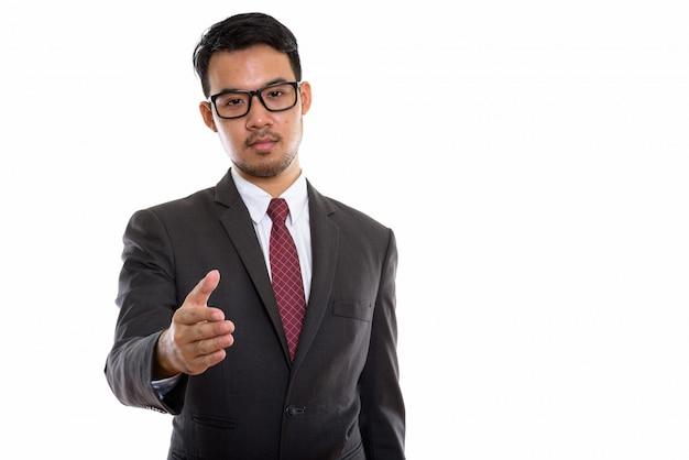 Jovem empresário asiático dando aperto de mão