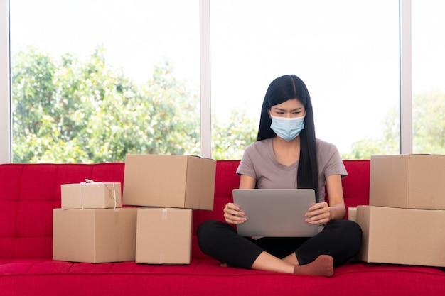 Jovem empresário asiático infeliz com uma máscara