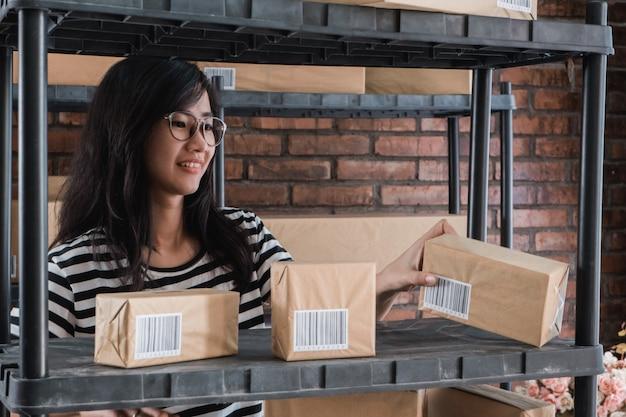 Jovem empresário asiático on-line