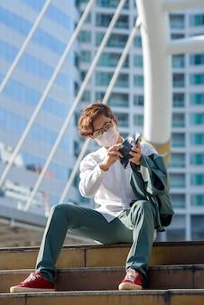 Jovem empresário asiático sentado triste desemprego em crise covid-19 uma carteira vazia nas mãos de um jovem asiático.