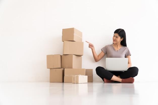 Jovem empresário asiático sentindo estresse e ansiedade devido à redução nas vendas