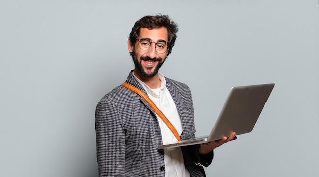Jovem empresário barbudo e maluco com um laptop
