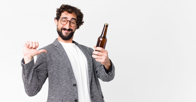 Jovem empresário barbudo louco tomando uma cerveja