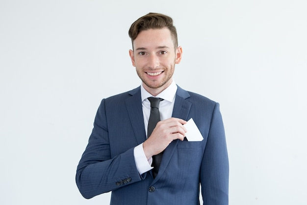 Jovem empresário bem sucedido com cartão em branco