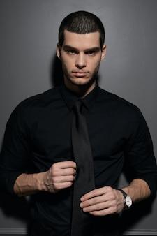 Jovem empresário bonitão na camisa preta