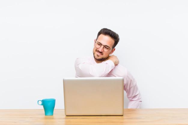 Jovem empresário bonitão se sentindo cansado, estressado, ansioso, frustrado e deprimido, sofrendo com dores nas costas ou no pescoço