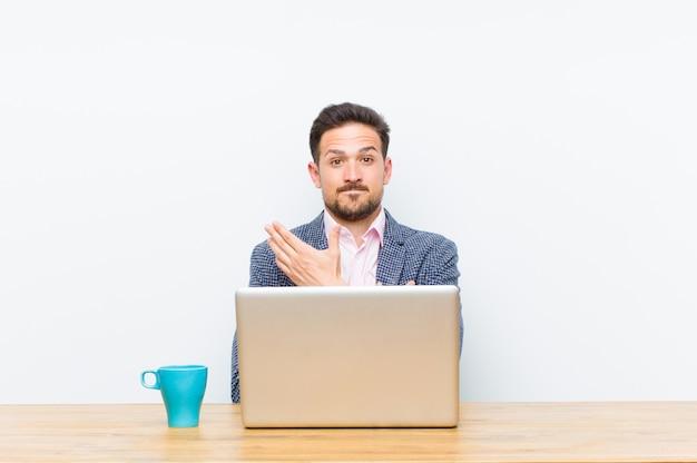Jovem empresário bonitão se sentindo confuso e sem noção, pensando em uma explicação ou pensamento duvidoso