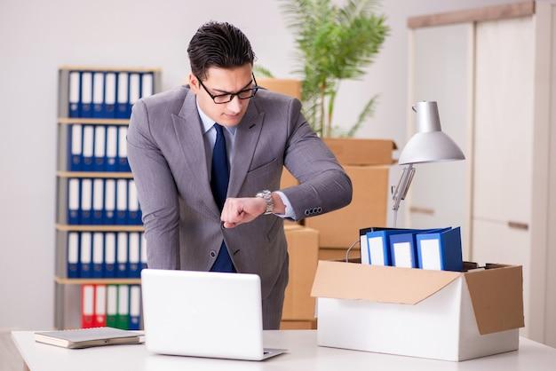 Jovem empresário bonito movendo escritórios