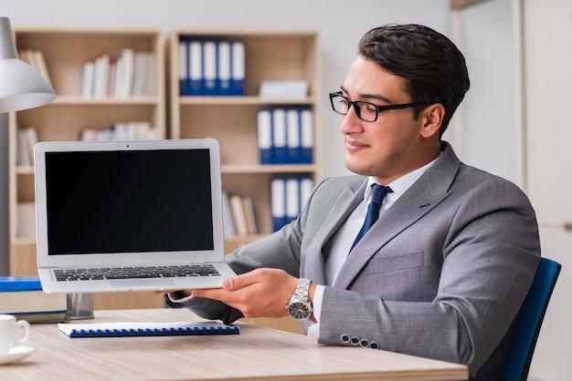 Jovem empresário bonito trabalhando no escritório