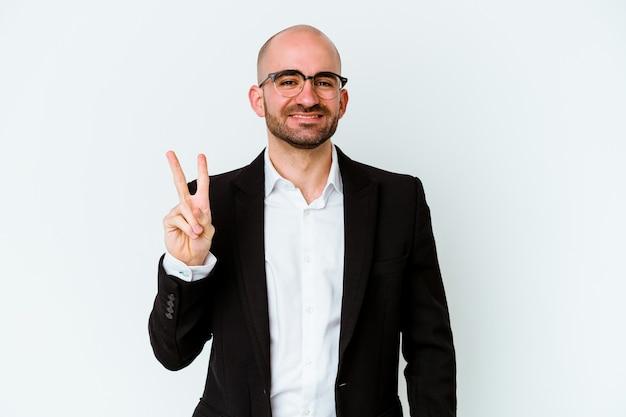 Jovem empresário careca isolado na parede azul mostrando o número dois com os dedos