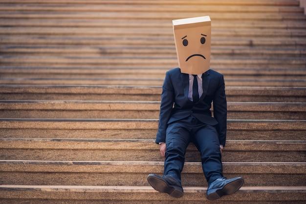 Jovem empresário chorando abandonado perdido na depressão