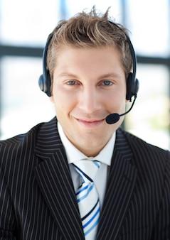 Jovem empresário com fone de ouvido