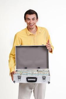 Jovem empresário com mala cheia de dinheiro.