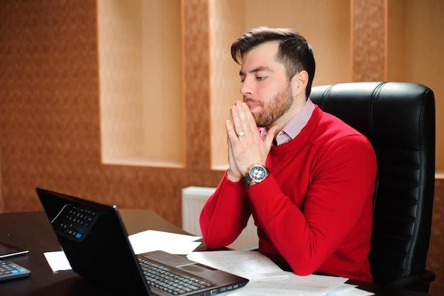 Jovem empresário com um problema no escritório sentado