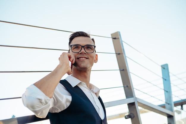 Jovem empresário com um smartphone subindo escadas em um ônibus