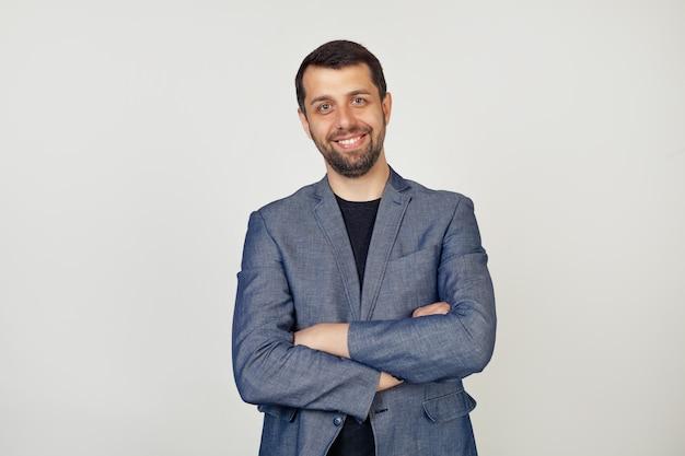 Jovem empresário com um sorriso homem com uma barba em um casaco