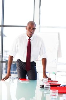 Jovem empresário confiante depois de dar uma apresentação