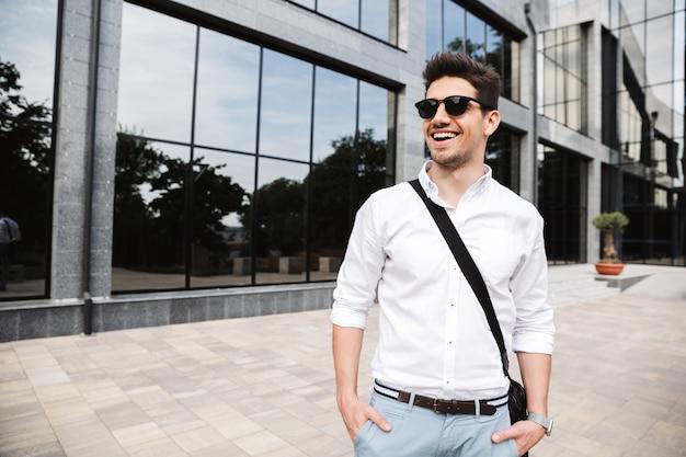 Jovem empresário confiante vestido de camisa branca