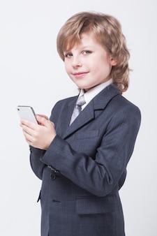 Jovem empresário de sucesso com o telemóvel na mão está digitando