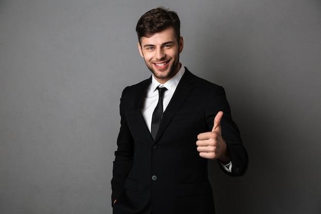 Jovem empresário de sucesso com roupa formal, mostrando o dedo no gesto,