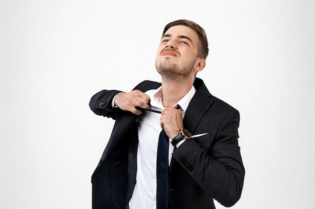 Jovem empresário de sucesso, tirando a gravata.