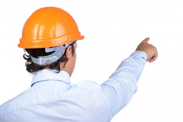 Jovem empresário de terno com um capacete protetor.