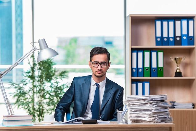 Jovem empresário em stress com muita papelada