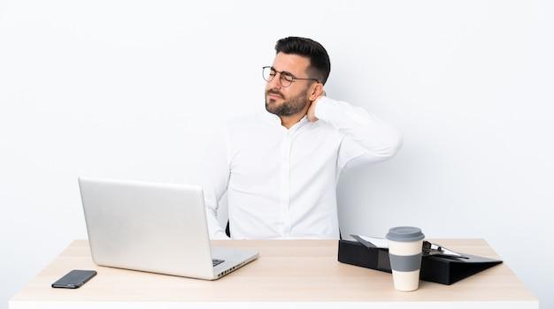 Jovem empresário em um local de trabalho com dor de garganta