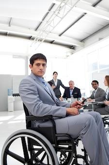 Jovem empresário em uma cadeira de rodas