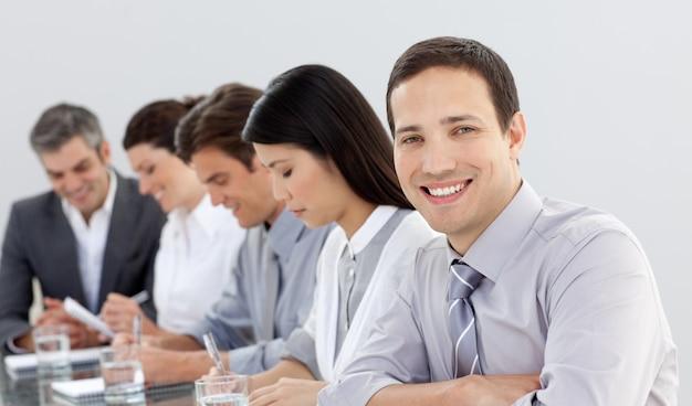 Jovem empresário em uma reunião com seu time