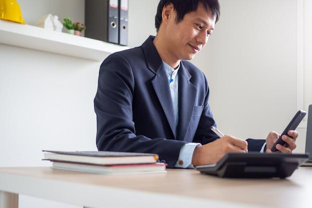 Jovem empresário está feliz em ver o índice de investimentos das ações da empresa subir