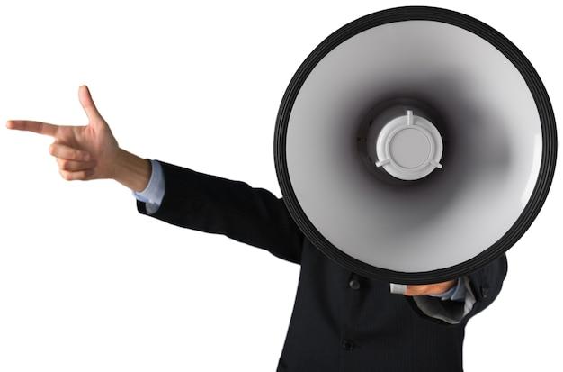 Jovem empresário falando no megafone em fundo branco