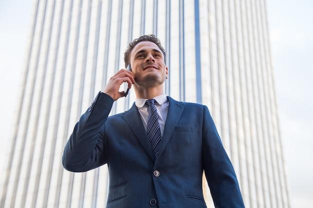 Jovem empresário falando no telefone.