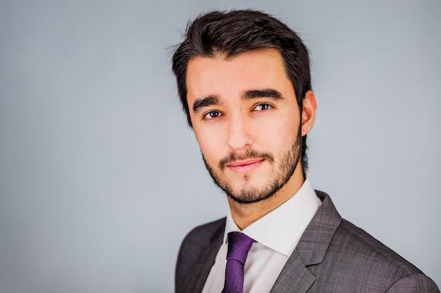 Jovem empresário fantasiado de currículo com foto de terno em um fundo insolado
