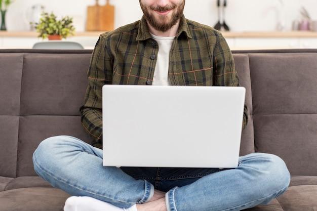 Jovem empresário feliz em trabalhar em casa
