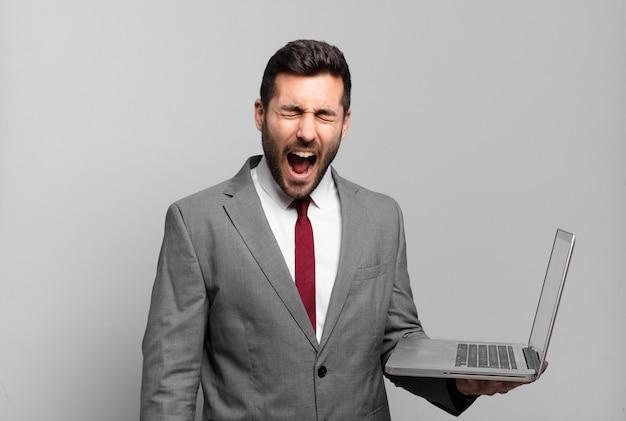 Jovem empresário gritando agressivamente
