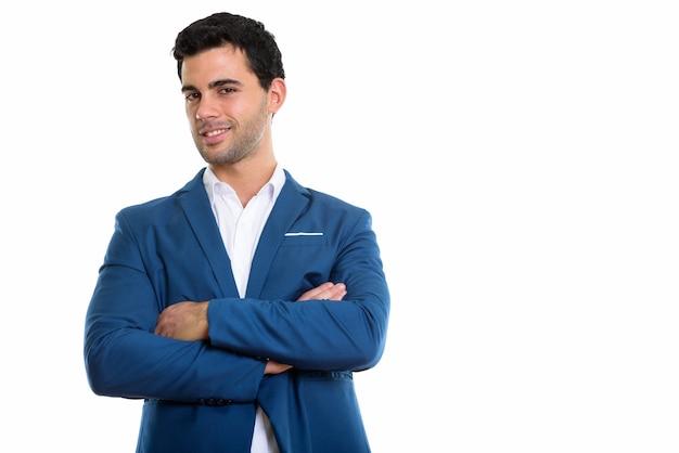 Jovem empresário hispânico feliz sorrindo com os braços cruzados