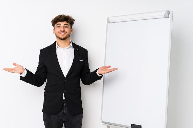 Jovem empresário, homem árabe, mostrando uma expressão de boas-vindas.