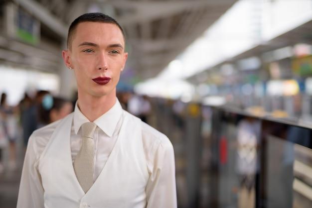 Jovem empresário homossexual lgtb andrógino usando batom
