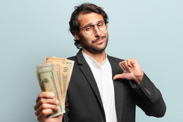Jovem empresário indiano bonito com notas