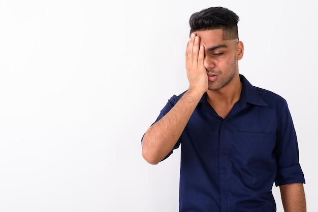 Jovem empresário indiano em branco